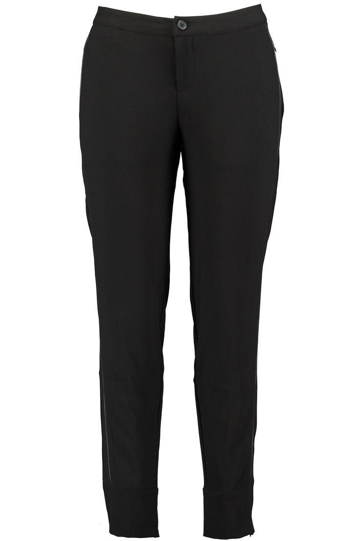 City broek met imitatieleren details. Draag ik samen met het zwarte vestje met leren mouwen en de grijs/zwarte trui. Ook leuk met de zwarte strikblouse.
