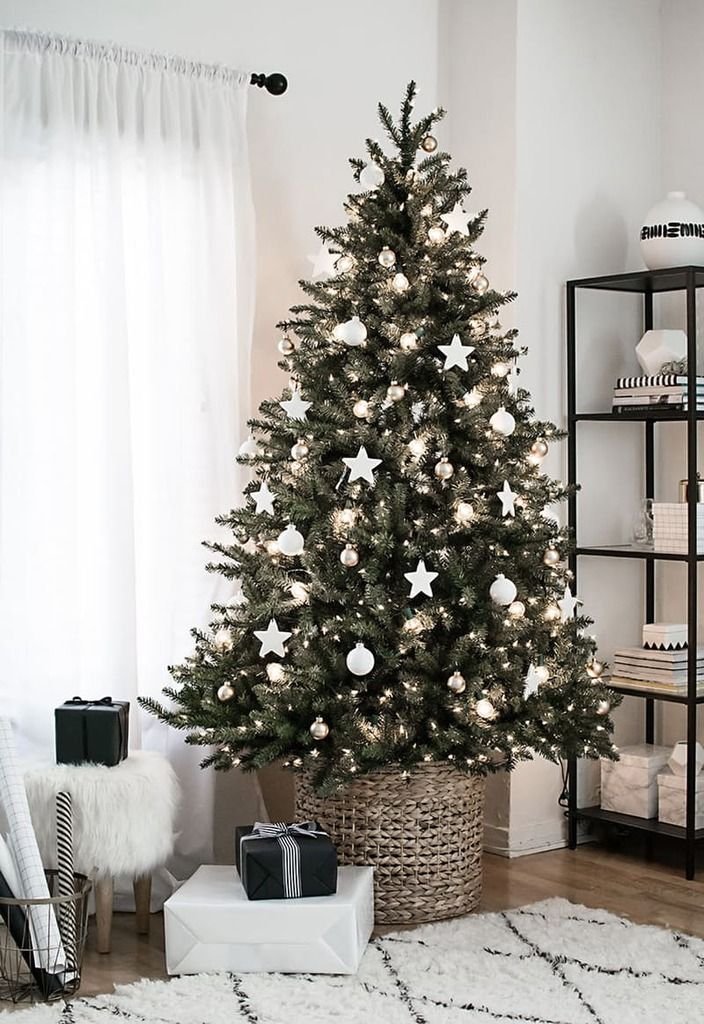 Белый и серебряный елочный декор отлично подойдет для минималистской елки, а корзинка вместо подставки соответствует современным эко-трендам.  (новый год,рождество,елка,подарки,декор,елочные игрушки,хвоя,гирлянды,конфети,сделай сам,самоделки,интерьер,дизайн интерьера,минимализм,скандинавский, елка в корзине, елка в плетеной корзине) .