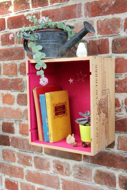 Mur de briques, caisse à vin, livres mais surtout cette couleur!