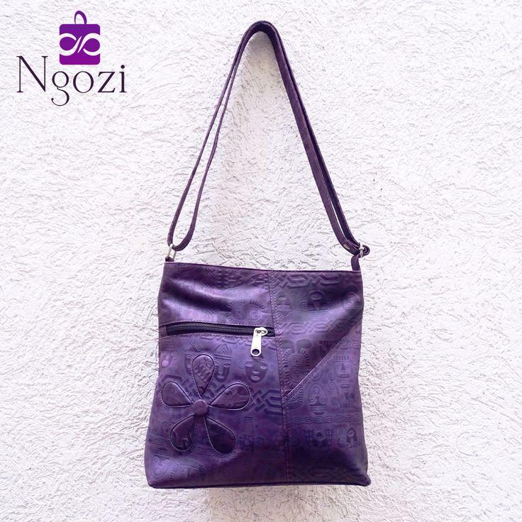 #7000 - Violeta • Tamaño: 24cm x 27cm • Características: 1 bolsillo interno, 2 bolsillos externos, manos libres.