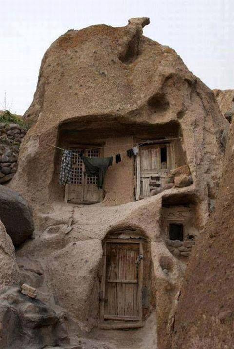 Casas de 700 años construidas como cuevas en la lava volcánica.