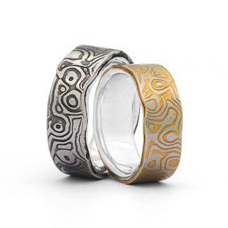 Trauringe Damaststahl platiniert / 925 Silber Ringform: außen gerade, innen bombiert. Dadurch entsteht ein angenehmer Tragekomfort. Damenring, Herrenring: 7-8mm breit Oberfläche: mattiert