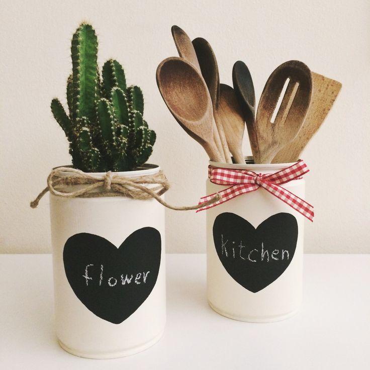 Come riciclare barattoli di latta? Colorandoli e decorandoli, facendoli diventare dei bellissimi vasi o contenitori da cucina! ❤