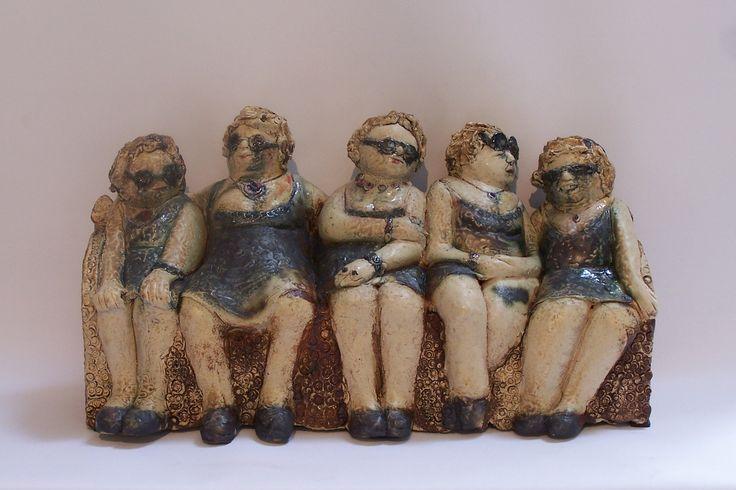 nelrood.nl - Beeld van klei, Keramiek-  Vrouwtjes op een bankje - Nel Rood