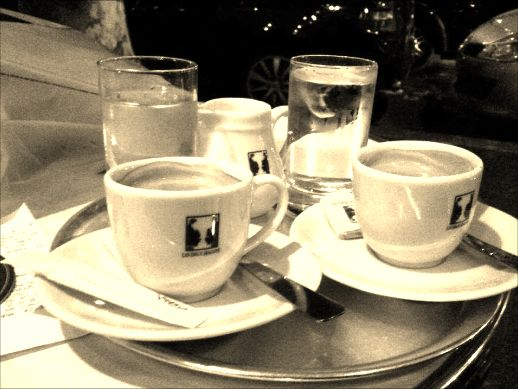 Dos cafés en París.