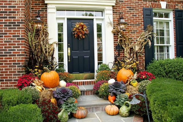 If you want to go all the way, by all means, go all the way. This fantastic porch will undeniably be one of the best houses on the block with all the pumpkins, gourds and classic autumn attributes. Hay stacks are also a classic fall signature that actually serve a really useful purpose when stacking up pumpkins like these. They are great to use if you are creating a background for photos, as well.