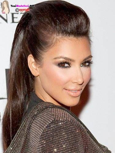 Saçı uzun olan bayanların sıklıkla kullandığı bir model olan At Kuyruğu Saç Modeli günümüzde her bayan sıklıkla kullanmaktadır.