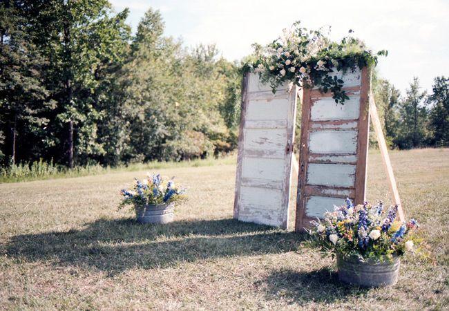 Un altfel de arcade pentru nuntă: uși vechi decorate cu flori naturale   http://nuntaingradina.ro/arcade-pentru-nunta-usi-vechi/