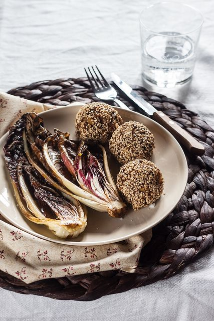 Crocchette di miglio, carote e olive nere.