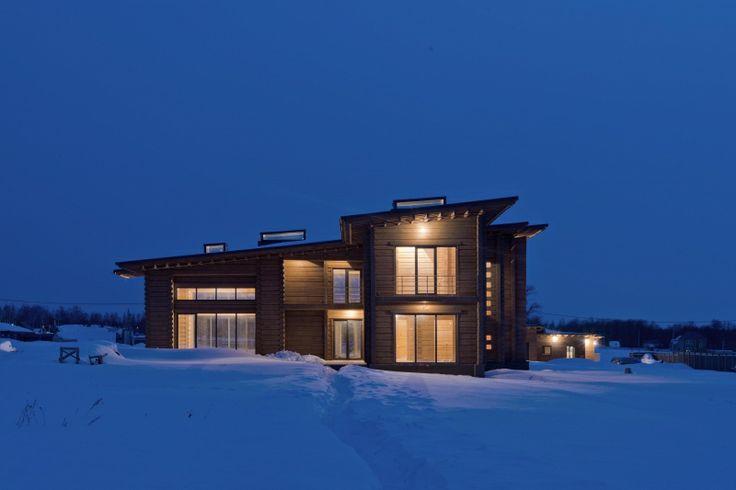 Вся структура дома сформирована сеткой осей 1300х1300 мм, которая впоследствии переходит в балки потолка, формируя кессоны. В некоторых кессонах устроены световые фонари.