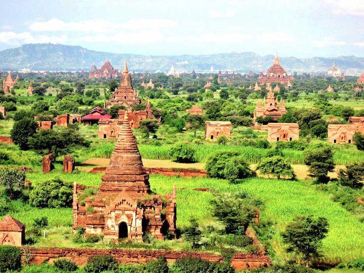 Bagan, Birmania: Bagan es una antigua ciudad escondida muy adentro de Birmania. A la altura del Reino de Pagan, la ciudad tuvo alrededor de 10,000 templos Budistas. Hoy, aproximadamente 2200 de estos siguen allí, haciéndolo un hermoso lugar para visitar.