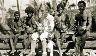 El antropólogo polaco Malinowski, a principios del siglo XX, realizando un trabajo de campo en las Islas Trobriand (Papúa Nueva Guinea)