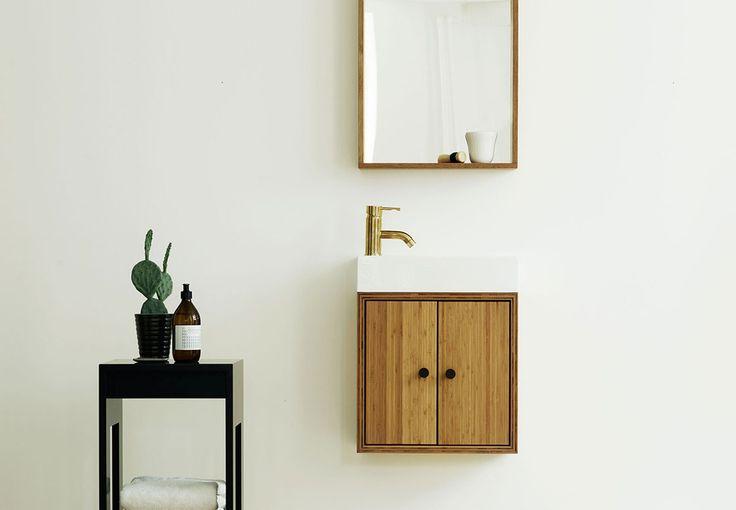 Kan et badeværelsesmøbel virkelig både have opbevaring, porcelænsvask og smukt snedkerarbejde på så lidt plads? Se Lillebitte Bad fra SkabRum.