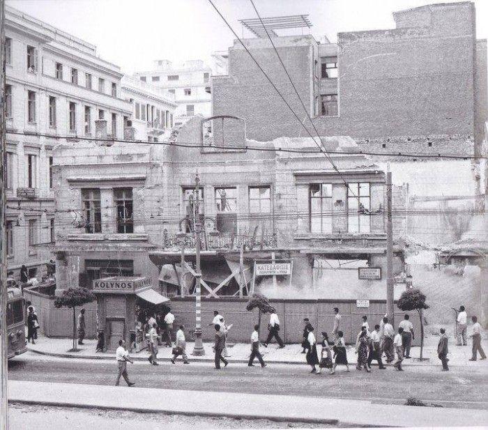 1960 Το νεοκλασικό βρισκόταν στην συμβολή των οδών Πανεπιστημίου 44 και Χαριλάου Τρικούπη. Ήταν ένα διώροφο που ανεγέρθηκε το 1843 σε σχέδια του Σταμάτη Κλεάνθη .  Οικοδομήθηκε ως οικία του Bαυαρού Κάρλ Βερτχάιμ, ο οποίος συνεργαζόταν επιχειρηματικά με τον Κλεάνθη, τόσο στην ύδρευση της Αθήνας, όσο και στα λατομεία της Πάρου.Στα χρόνια του μεσοπολέμου το κτίριο φιλοξενούσε τα γραφεία του «Λαϊκού Κόμματος» υπό την ηγεσία του Παναγή Τσαλδάρη (1868-1936)