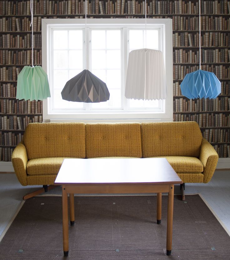 Med disse grafiske lampeskjermene, kan du pynte opp et helt rom for noen kronestykker. Brett to like og heng over et langt spisebord. Eller la én knallfarget lampe være blikkfanget over hobbystolen din.