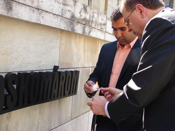 Timothy A. Betts, az Egyesült Államok budapesti nagykövetségének ügyvivője gyertyát gyújt a roma áldozatok emlékére. / Timothy A. Betts, Charge d'affaires of the US embassy in Budapest with an embassy staff lights a candle for the Roma victims of the Holocaust.