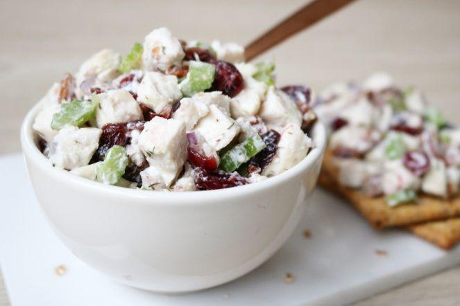 """Vandaag een heerlijk lunchrecept van Jennifer. """"Kip, cranberries, pecannoten en bleekselderij, deze combi is verassend lekker""""! Heerlijk fris, zoet en een metknapperige bite! En hij is ook nog een super gezond en rijk aan eiwitten. Win-win-win! Lekker op brood, een cracker of met wat sla als lunchsalade! Kipsalade met cranberries en pecannoten (2 personen) Wat heb je nodig: – 1 kipfilet – 1 stengel bleekselderij – 1 kleine rode ui – 50-100 gram magere kwark – 20 gram gedroogde cranberries –…"""
