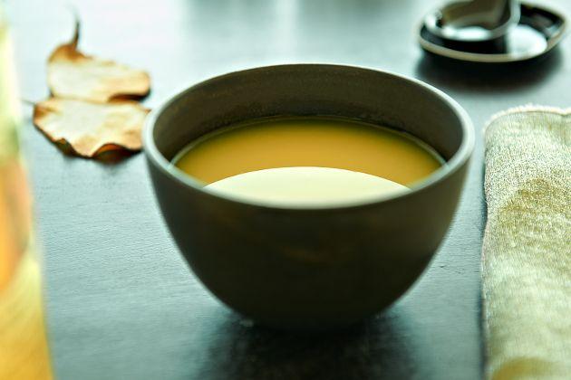 Die Birnensuppe Williams Christ mit Ingwer und Kokosmilch ist eine fruchtige Suppe, die sowohl heiß als auch kalt gegessen werden kann.