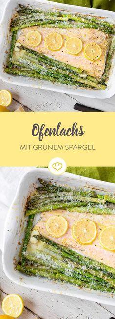Schnell und lecker! DieserSpargel wird mit Honig, Knoblauch und Senf mariniert und zusammen mit einem Lachsfilet im Ofen gegart.