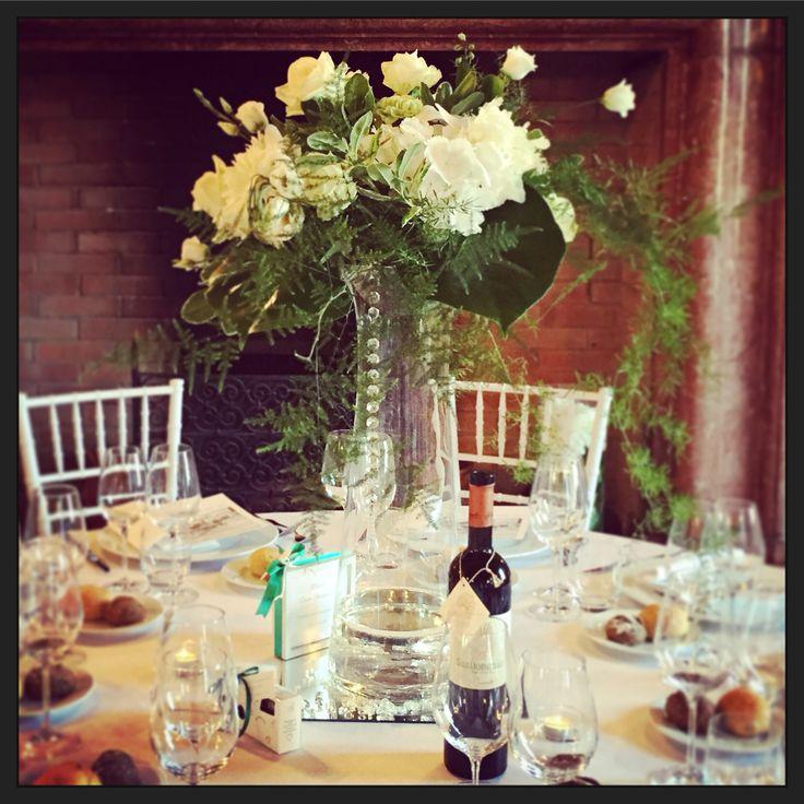 Bellissimo centrotavola con rose,orchidee roses,orchids white flower vaso alto e trasparente per non dare fastidio agli ospiti.centerpiece