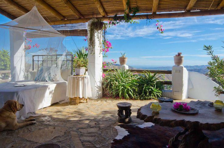 Desayunar en un patio mientras se asiste al despertar del día y de los primeros rayos sobre el campo andaluz, la luz del atardecer filtrándose entre los olivos y pintando en dorado las cepas, la suave brisa al caer la tarde, las noches estrelladas y cálidas, el sonido de los pájaros, el aroma a azahar, la musicalidad de las fuentes, el frescor de la alberca… Si todos estos pequeños detalles se suman al clima, la fuerza de la tierra y la luz de Andalucía… ¿Se te ocurre algo más parecido al…