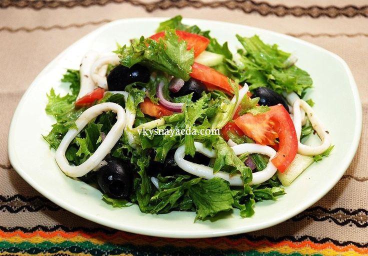 Салат кальмары с маринованным луком
