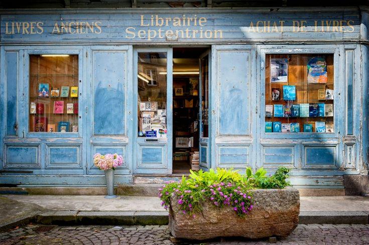 SAINT MALO, FRANÇA. Estante com fachada de madeira de livros antigos com um estilo retrô …   – Book Stores