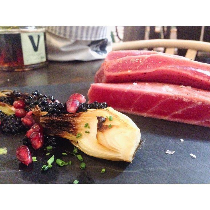 Atún rojo con cebolleta a la plancha wakame y caviar de arenque de @toptenmadrid. Un sitio  al que hay que ir.  #gastroblog #gastronomia #instapic #instafood #instagood #food #foodies #restaurante #restaurantemadrid #Bilbao #Madrid by mesade2