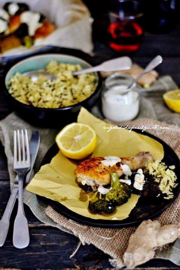 Pollo al forno con aglio, zenzero e broccoli, salsa allo yogurt e riso al curry