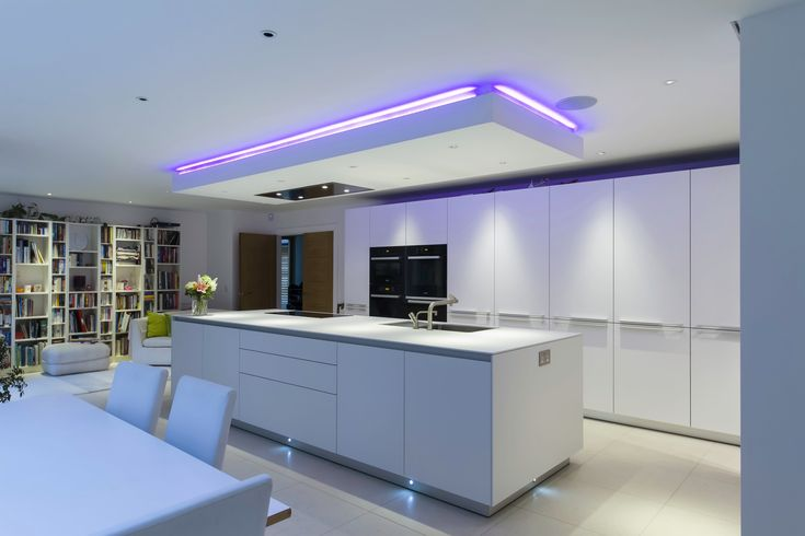 An interesting feature of this kitchen is the individually designed suspended ceiling above the island, which almost hides the extractor and at the same time houses the down lights that illuminate the work surface. Kitchen by bulthaup Winchester.
