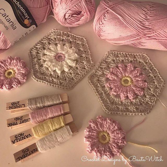 Det blev för tråkigt att bara virka vita blommor till min hjärtformade kudde... Saknade min älskade rosa nyans, Catania Light Pink 246! Mönster på rutorna: BautaWitch.se/DIY Catania i 85 vackra färger: BautaWitch.com #virka #virkat #virkning #virkaholic #bautawitch #crochet #mormorsrutor #romantisk #grannysquare #hexagon #catania
