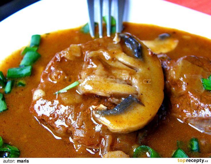 Na trošce oleje rozehřejeme pokrájenou slaninu a zpěníme cibuli. Přidáme kostky masa, zprudka opečeme, osolíme, opepříme, přidáme papriku,...