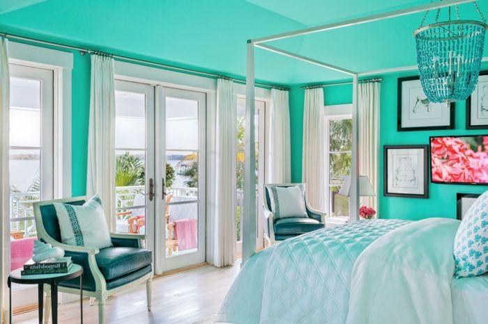 idée-couleur-chambre-grandes-fenêtres-fauteil-en-cuir-peinture-blanc-et-noir-coussins-décoratifs-mur-turquoise