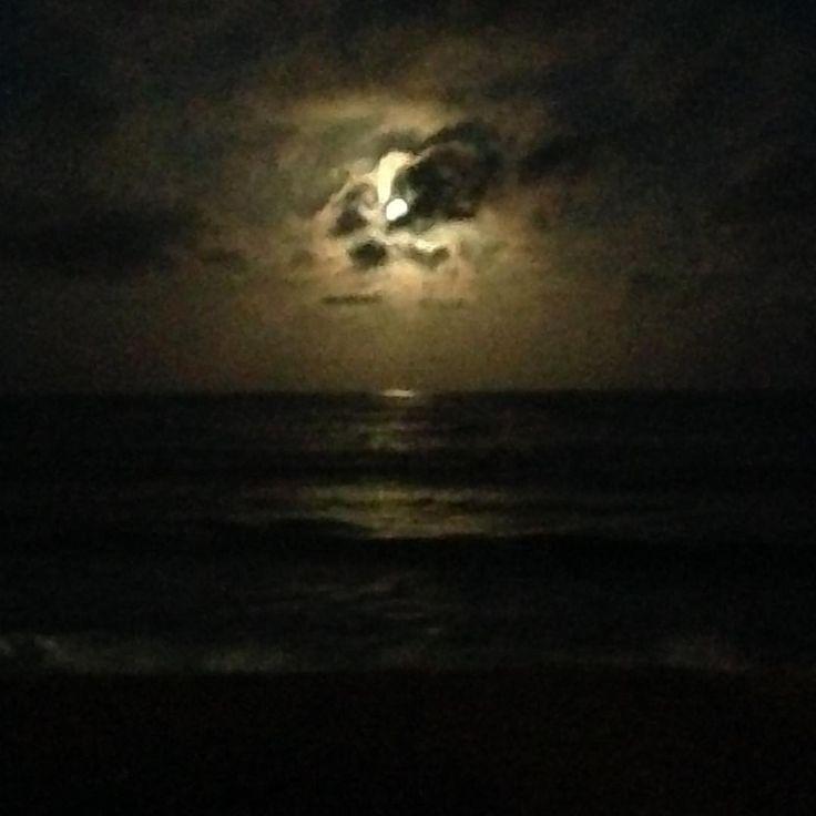 """SUPER perfeita! E assim ela hoje nasceu… """"Se a culpa é da lua Quando ela acender Vai brilhar somente Para mim e para você"""". #superlua #supermoon #mar #praia #gratidão #bynina #instabynina (em Restaurante Recanto da Sereia)"""