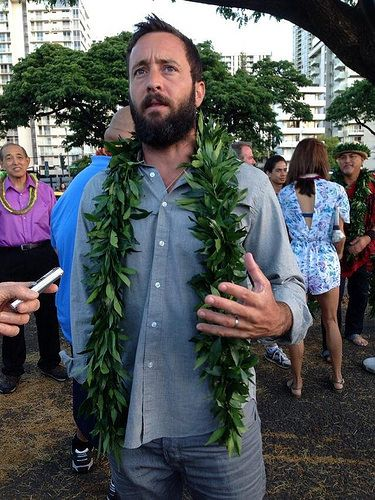 Alex O'Loughlin  en la ceremonia de bendición de Hawaii five-0 5ta temporada