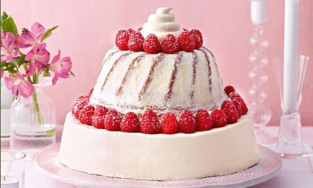 Eine 3-stöckige Torte aus Klassikern der Back-Geschichte: Schokoladenbuttercreme-Torte, Nuss-Gugelhupf und Cupcake