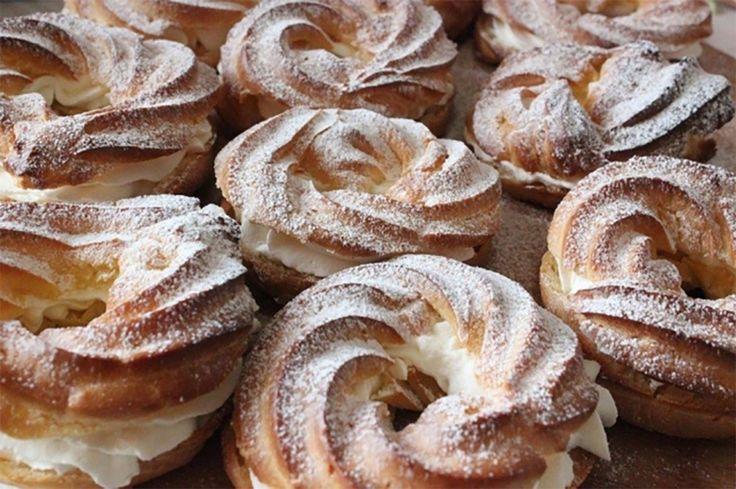 Vă prezentăm astăzi rețeta unei prăjituri ușoare și delicioase cu cremă gingașă și aromă de vanilie exact ca în anii copilăriei! Inelele se vor potrivi ideal pentru un dejun cu o ceașcă de ceai aromat sau o cafea de dimineață. Echipa Bucătarul.tv vă dorește poftă bună alături de cei dragi! Autor text: Bucătarul.tv Printare