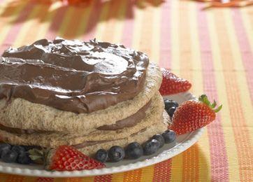 Skøn kage, der serveres med jordbær og evt. blåbær