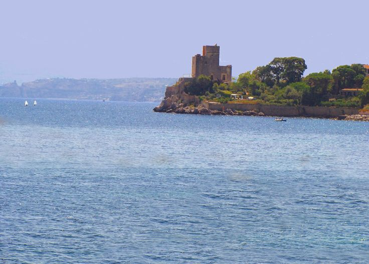 Il Castello di Solanto (PA), costruito per proteggere l'omonima Tonnara - risale al tempo di Ruggero II il normanno (Sec. XII).