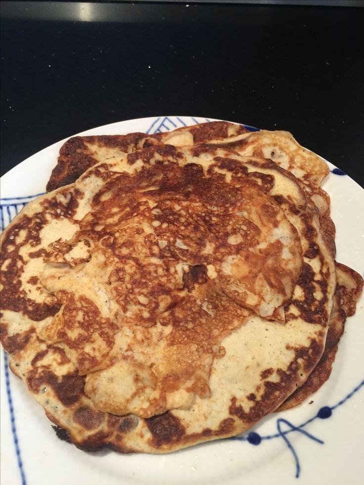 Bedste LCHF pandekager  2 æg 1 bæger æggehvide 75 græsk yoghurt  1/2 dl fløde 1 dl vand 2 tsk fiber husk (pulverisered) Lidt vanilie  Steges i kokosolie med eller uden smag  Alle ingredienserne udtagen fiber husk blendes  Gør panderne klar og brug gerne flere pander.  Grunde til dette er at når du har tilsat fiber husk skal pandekagerne bages hurtigt, da dejen stivner.   Tilsæt fiberhusk og bag små pandekager - de smager så englene synger god appetit