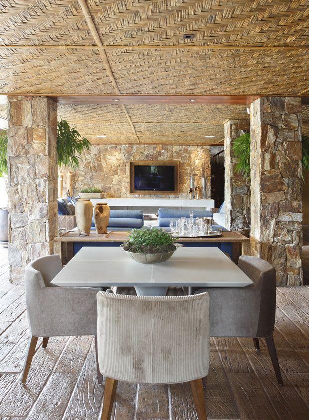Uma megacasa no alto da montanha -   Em Itaipava, mansão tem projeto de Debora Aguiar - notar o teto de esteira e as paredes de pedra...