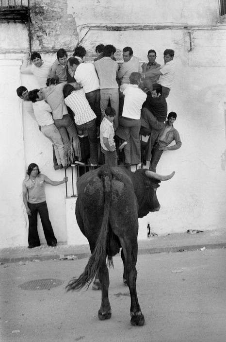 """""""Que no nos pille el toro. Empezando fuerte la semana"""". Lunes 24 de marzo de 2014 Josef Koudelka - Spain. 1977."""