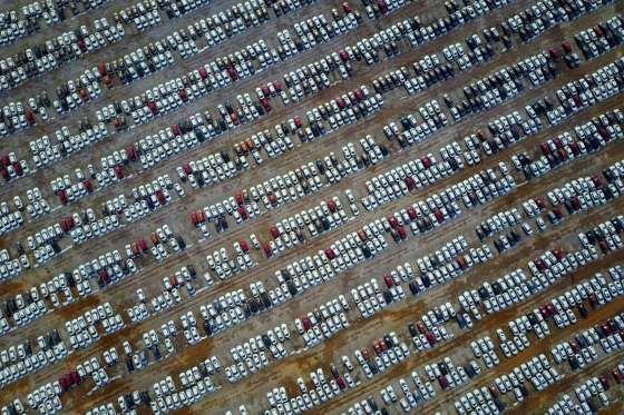 Cientos de coches nuevos en un estacionamiento en Shenyang, en la provincia de Liaoning, China. - STR