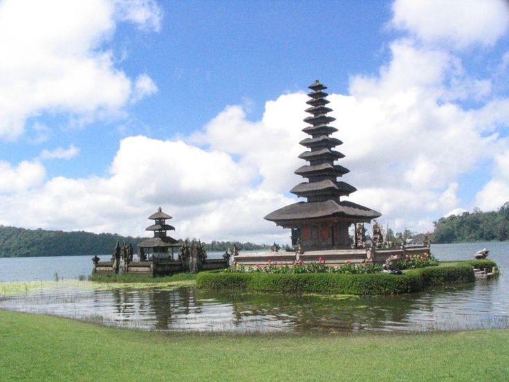 Hram Ulun Danu nalazi se na jezeru Beratan. Nalazi se pedesetak kilometara od grada #Denpasar. Posvećen je boginji plodnosti. #ulundanu #Indonesia #temple #travelboutique #travelgram