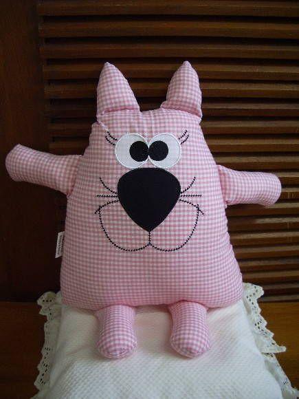 Naninha em forma de ratinha, confeccionada em algodão, que pode ser pendurada na porta, parede ou algum móvel, ou ainda ser usada como almofada ou travesseirinho na cama ou berço da criança.
