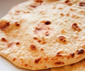 El pan chapati se consume en India y Pakistán y recibe también con otros nombres como pulka, roti o naan. Ni que decir tiene que sus ingredientes pueden va