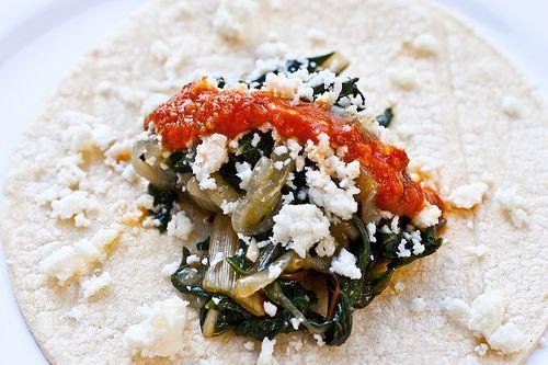 Esta receta viene de Toluca,México,donde sonconsiderados como una antigua comida campesina. Rindede 8 a 10tacos Ingredientes: – 8 a 10 tortillas de maíz (más un poco extra, en caso de que algunas se rompan) – 1/2 cucharadita de sal gruesa, y más para el escaldado – 340 g hojas de acelga – 1 cucharada de…