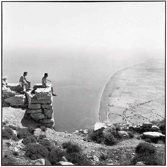 Thera 1961. Vue de Perissa de l'ancienne Théra - Photographie de Robert McCabe   Η μοναξιά που έβρισκε κανείς σε όλους σχεδόν τους αρχαιολογικούς χώρους έχει εξαφανιστεί.Πολλοί κατακλύζονται από φουρνιές ολόκληρες τουριστών με τα λεωφορεία τους. (...)