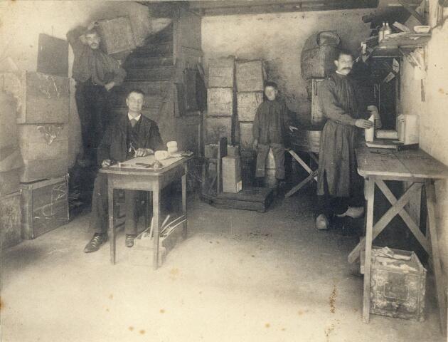 Afbeelding van de kelder van de Theehandel P.E. Thueré (Lijnmarkt 31) te Utrecht, waar de thee wordt gewogen en verpakt; staande op de trap J.H. Montfoort (1860-1928). 1885-1899