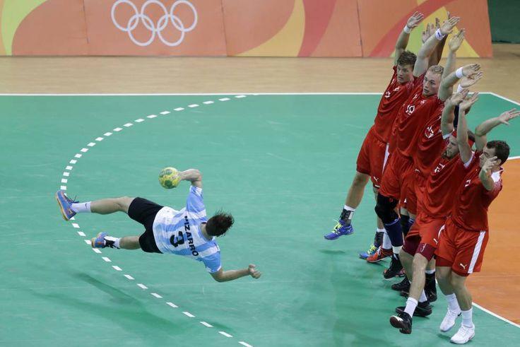El argentino Federico Pizarro intenta marcar un penalti durante la preliminar masculina de handball entre Dinamarca y Argentina.